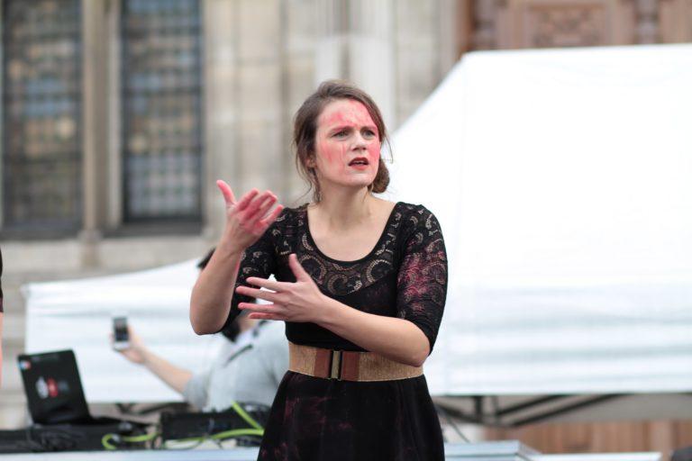 """Représentation du chansigne """"Le corps des femmes"""", de Mathilde lors de la journée mondiale des sourds à Paris, 2017 - Crédit : Mathilde Monier"""